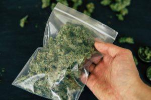 חיפוש לא חוקי של סמים על ידי המשטרה - זיכוי נאשם מעבירה של החזקת סמים
